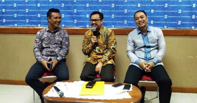 JUMPERS: Kabag Humas Pemkot Surabaya M. Fikser (kiri) mendampingi Kadispendik Surabaya Ikhsan (tengah), dan Kepala Bappeko Eri Cahyadi (kanan).