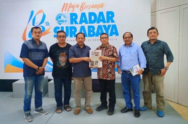 SIMBOLIS: Wakil Ketua Dewan Pers Hendry Ch Bangun (tiga dari kanan) menerima penyerahan berkas verifikasi faktual dari Direktur Radar Surabaya Lilik W