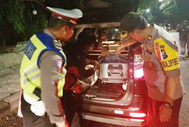 PENYEKATAN: Polisi memeriksa setiap kendaraan yang hendak menuju Jakarta.