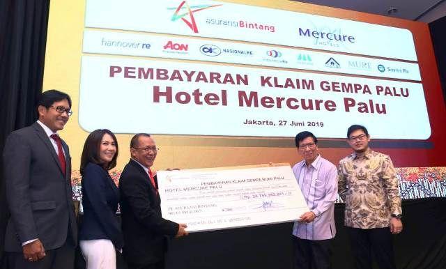 SIMBOLIS: Presdir PT. Asuransi Bintang Hastanto SM Widodo (tiga dari kiri) didampingi Jenry C Manurung (Finance&Services Director), Reniwati D (Market