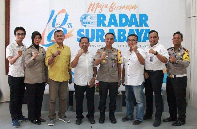 AYO JOGO SUROBOYO: Kapolrestabes Surabaya Kombes Pol Sandi Nugraha (empat dari kanan) bersama jajaran mengunjungi kantor Radar Surabaya, dan disambut direktur Lilik Widiyantoro (lima dari kanan) yang didampingi jajaran manajemen.
