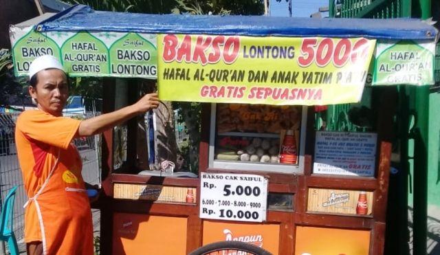 TAK TAKUT RUGI : Saiful Bakhri saat menunjukkan gerobak bakso dagangannya.