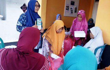 GRATIS: Penyuluh KB Kecamatan Gresik Wulan Purbani dan Anggota Ikatan Bidan Indonesia (IBI) Gresik sedang menjelaskan tentang MKBJP di Puskesmas Alon-alon.