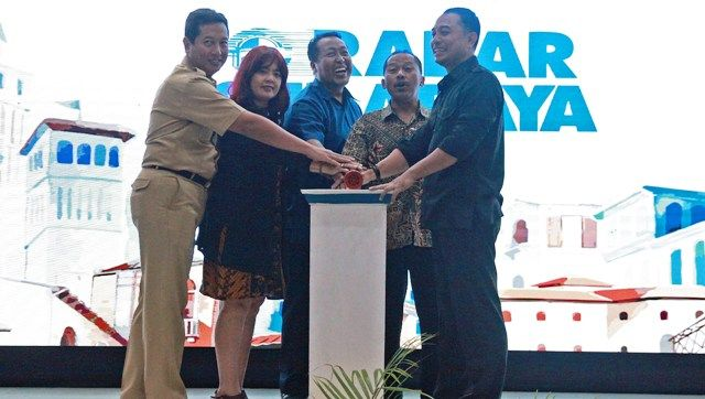 SIMBOLIS: Kepala Dinas DKRTH Pemkot Surabaya Ery Cahyadi (kanan) disaksikan Direktur Radar Surabaya Lilik Widyantoro (kedua kanan) serta perwakilan Ja