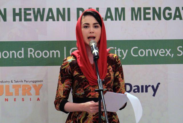 CEGAH STUNTING: Ketua TP PKK Jatim Arumi Bachsin saat memberikan sambutan dalam sosialisasi protein asal hewani di Convention Hall Grand City Rabu (3/