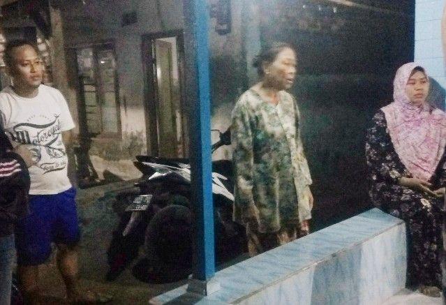 KAGET: Korban Sumiati (tengah) tak menyangka jadi korban penjambretan.