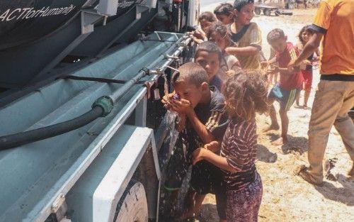 BANTUAN KEMANUSIAAN: Bocah-bocah Palestina berebut air bersih dari bantuan Humanity Water Tank ACT.