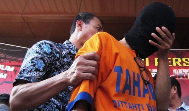 TAK MENDIDIK: Tersangka Ali Shodiqin diamankan di Polda Jatim.