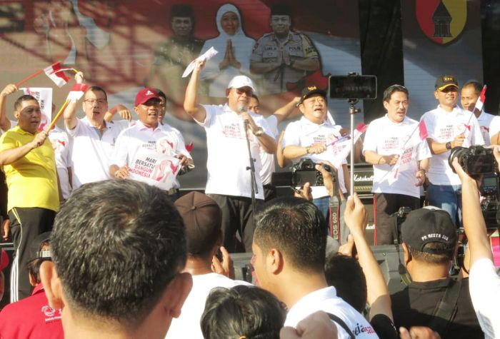GUYUB: Kapolda Irjen Pol Luki Hermawan bersama muspida Sidoarjo berolahraga di alun-alun Sidoarjo.