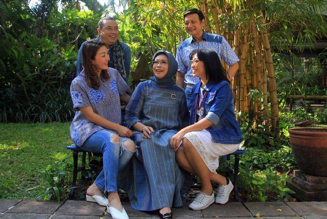 TAK LEKANG WAKTU: Sejumlah desainer yang tergabung dalam APPMI Jatim bersama Fatma Saifullah Yusuf (tengah) mengenakan padu padan jeans dengan kain Nu