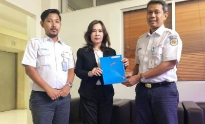 SAH: Notaris dan PPAT Devi Chrisnawati (tengah) serah terima sertifikat aset PT. KAI (Persero) kepada Senior Manager Program, Budgeting and Certification PT. KAI (Persero), Halim Mukti Hartadi (kanan) di Kantor Daop 1, Jakarta, Selasa (9/7).