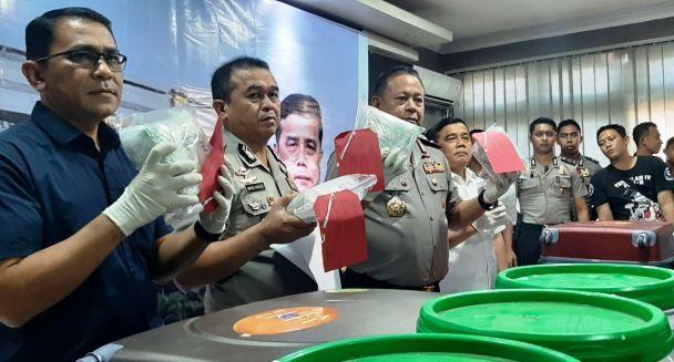 BARANG BUKTI: Kapolda Jatim Irjen Pol Luki Hermawan menunjukkan barang bukti sabu di Polda Jatim