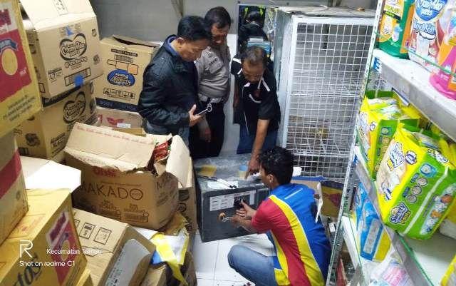 TKP: Polisi melakukan penyelidikan di minimarket Dusun Sidorogo, Trosobo, Kecamatan Taman.