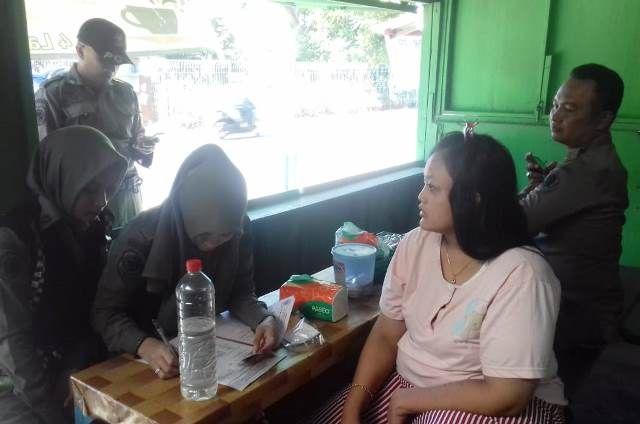 RAZIA MIRAS : Anggota satpol PP mengamankan miras saat melakukan razia dan pemantauan pramusaji yang tidak beridentitas.