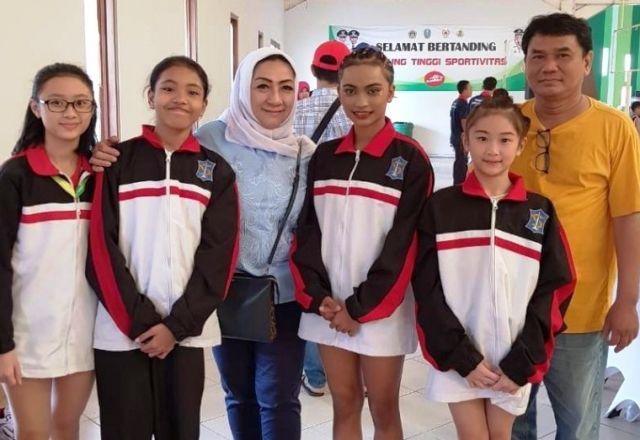JUARA UMUM: Ketua Umum Persani Surabaya Pertiwi Ayu Krishna bersama empat atlet senam andalannya yang menjadi juara umum cabor senam Porprov VI di Gre