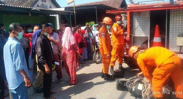 BANTU: Petugas Basarnas ikut diterjunkan untuk membantu evakuasi korban dari dasar sumur.