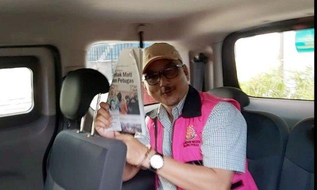 TERSANGKA KORUPSI: Aden Darmawan diangkut dengan mobil tahanan Kejari Perak ke rutan Kejati Jatim.