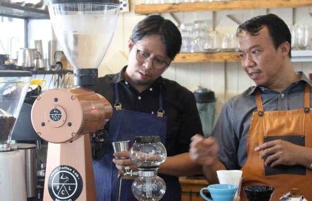 PAKAR ARABIKA: Petrus melatih salah satu barista meracik dan membuat kopi yang nikmat.