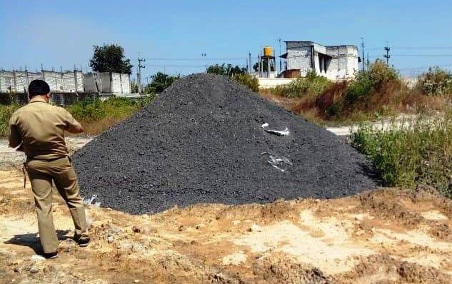 CEK LIMBAH: Petugas DLH Gresik saat melakukan pengecekan limbah B3 di Kecamatan Bungah.