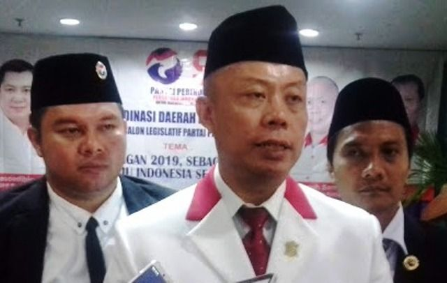 Ketua Perindo Surabaya, Samuel Teguh Santoso (tengah)
