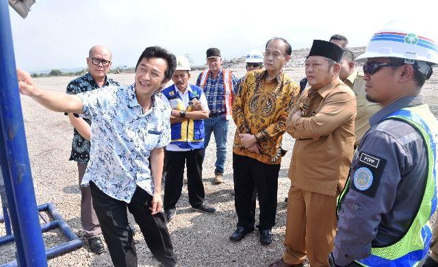 PANTAU TPA: Bupati Sidoarjo Saiful Ilah bersama tim LT saat memantau TPA di Jabon.