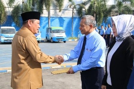 Bupatsi Saiful Ilah menyalami Pjs Dirut PDAM Delta Basith Lao.