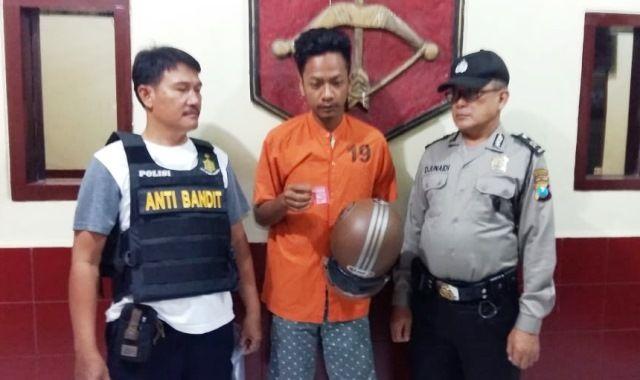 DITAHAN: Tersangka Tofan Priyanto menunjukkan barang bukti SS yang disimpan di helm.