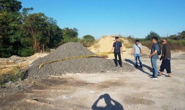 DIPOLICE LINE: Kanit Tipiter Iptu Igo Fazar Akbar didampingi Wawan, pejabat sementara lepala Desa Kisik dan anggotanya saat memasang police line di TK