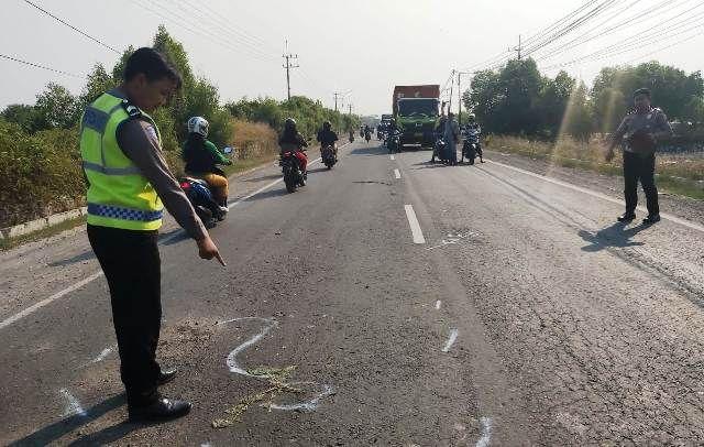 OLAH TKP : Tim Satlantas Gresik sedang melakukan olah TKP  di Jalan Raya Desa Banyuwangi Kecamatan Manyar Gresik.