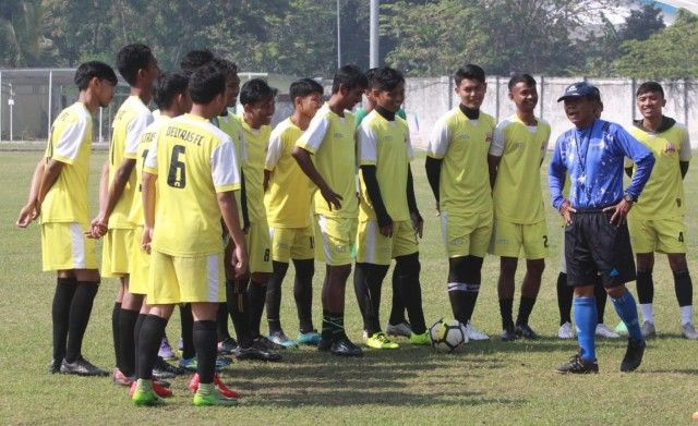 ATUR STRATEGI: Pelatih Gatot Mulbajadi saat memberi arahan kepada punggawa Deltras FC di stadion Jenggolo, Rabu (17/7).
