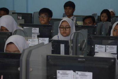 Sejumlah siswa SMPN 32 Surabaya saat mengikuti UNBK tahun lalu. Pemkot Surabaya akan alokasikan 32 persen APBD untuk biaya pendidikan.