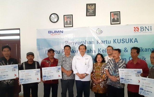 SIMBOLIS: Penyerahan Kartu Kusuka kepada nelayan di Kantor Penyuluh Perikanan Sidayu, Jumat (19/7).