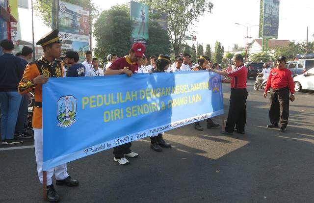 PEDULI: Siswa-siswi SMAN 2 saat kampanye keselamatan berlalu-lintas di Bundaran Taman Pinang Indah.