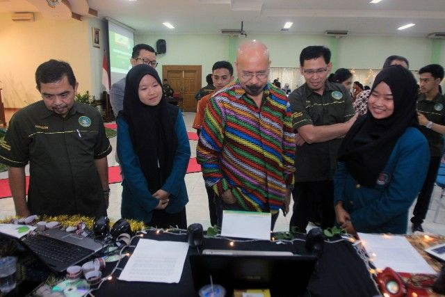 SOFTSKILL: Ketua STIE Perbanas Surabaya Dr Yudi Sutarso, SE, MSi (dua dari kanan) dan Direktur The Latofi School of CSR, Latofi, meninjau karya short