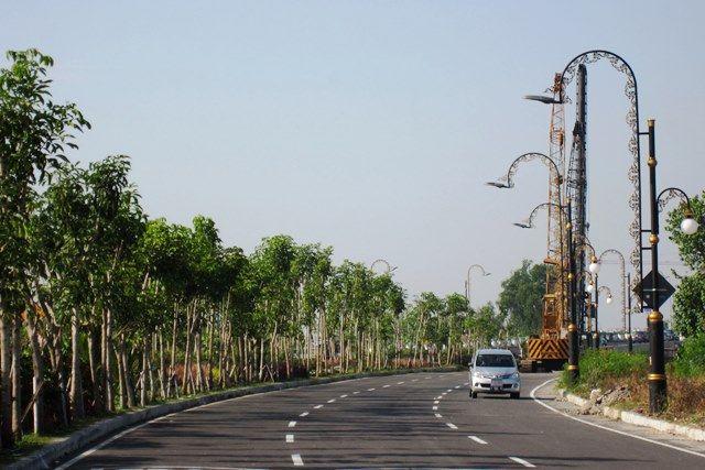 DIKEBUT: Kendaraan bermotor melintas di Jalan MERR Gunung Anyar, Surabaya.