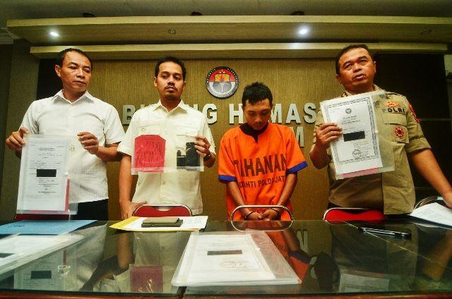 GURU CABUL: Tersangka Rahmat Santoso (kiri) yang diamankan di Polda Jatim atas kasus pencabulan.
