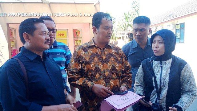 SUDAH LENGKAP: Orang tua korban Dyah (kanan) bersama penasihat hukumnya usai keluar dari ruang Unit Perlindungan Perempuan dan Anak Polresta Sidoarjo.