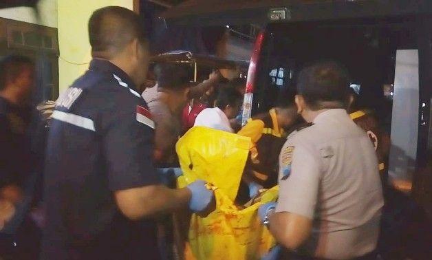 EVAKUASI: Polisi membawa kantong jenazah berisi tubuh M. Rofii yang bersimbah darah.