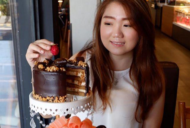 STRAWBERRY CAKE: Ester Paula saat mencoba kue Chantilly Blossom dan Dark Nougat yang tampilannya cantik dengan rasa lezat.