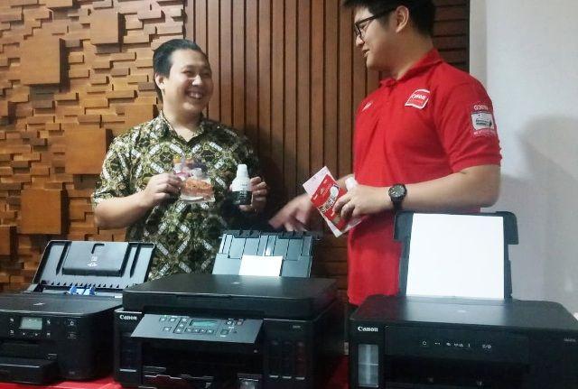 INOVATIF: Business Executive of Canon Consumer System Product Division PT Datascrip Arifin Chandra Halim (kiri) dan Marketing Executive PT Datascrip Marcellinus Lirus berbincang menjelaskan tentang berbagai keunggulan produk printer Canon terbaru.