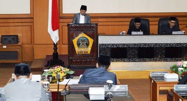 BENGKAK: Ketua F-PAN DPRD Gresik Faqih Usman saat menyampaikan PU Fraksi.