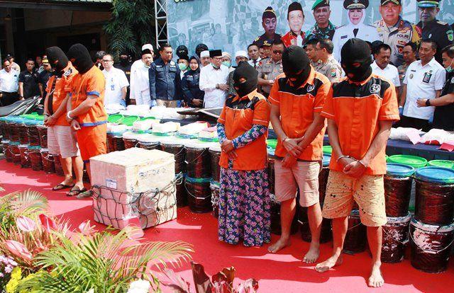 BARU AWAL: Para tersangka dan barang bukti narkoba yang diamankan dari Sokobanah, Sampang.