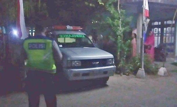 EVAKUASI: Jenasah korban saat dibawa mobil ambulans ke RSUD.