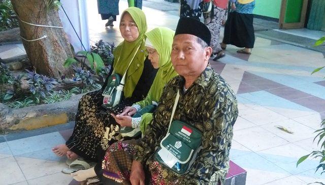 PASRAH: Lamiyono, CJH asal Tuban, bersama rekannya menunggu jadwal keberangkatan di Asrama Haji Embarkasi Surabaya (AHES).