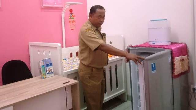 NYAMAN: Taufik Hartanto saat menunjukkan ruang laktasi di Mall Pelayanan Publik (MPP).