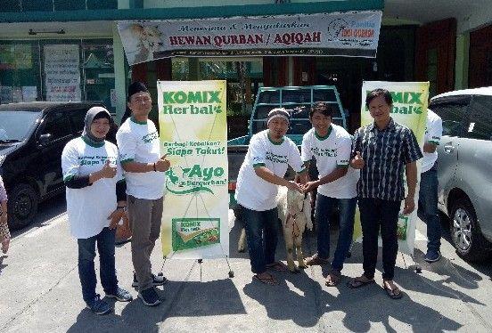 AYO BERKURBAN: Area Manager PT Bintang Toedjoe Surabaya Surono (dua dari kiri) bersama Manager Iklan Advertorial Radar Surabaya Lainin Nadziroh menyerahkan hewan kurban kepada takmir Masjid Takmiriyah