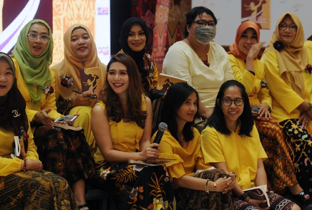 PENUH MEMORI: Sebanyak 25 orang penulis wanita saat menghadiri peluncuran buku esai yang berjudul Lelaki Pertamaku karya mereka, di Grand City Mall Su