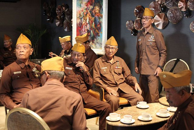 TAK TERNILAI JASANYA: Sejumlah Veteran Seroja berkumpul menikmati fasilitas salah satu hotel di kawasan Surabaya Pusat, Senin (12/8).