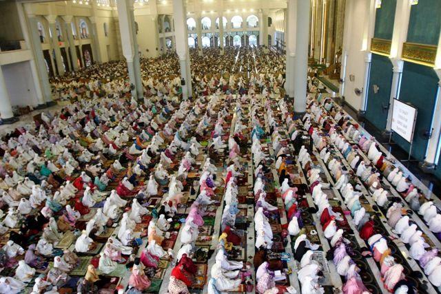 KHUSYUK: Ribuan umat muslim dari berbagai daerah di Jawa Timur melaksanakan salat Idul Adha 1440 H di Masjid Nasional Al Akbar, Surabaya, Minggu (11/8).