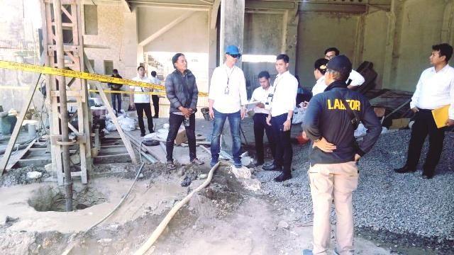PERIKSA: Polisi melakukan pemeriksaan di kawasan yang terendam lumpur di Jalan Sukomanunggal, Surabaya.